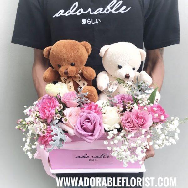 Rangkaian bunga valentine dengan boneka teddy bear, dirangkai dengan box sehingga terkesan elegant dan cute