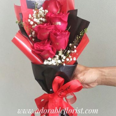 Bunga valentine untuk mengungkapkan rasa sayang anda, setiap tangkai bunga rose dicetak dengan kata LOVE, membuat penerima supprise dan mengerti maksud hati anda. Untuk warna rose yang tersedia dengan berbagai warna, silakan hubungi kami jika anda menginginkan perubahan warna.
